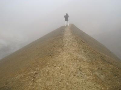 Un homme dans du brouillard, prenant en photo le brouillard