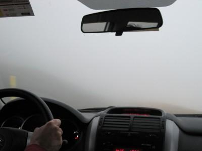 Rouler en voiture au milieu de brouillard