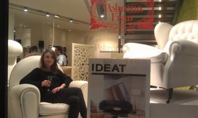 En vitrine chez Poltrona Frau, on peut admirer les fauteuils et des gens qui posent leur cul dessus