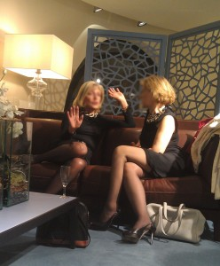 Deux jeunes femmes de 65 ans dégustent une petite coupe sur un canapé à dix mille boules.