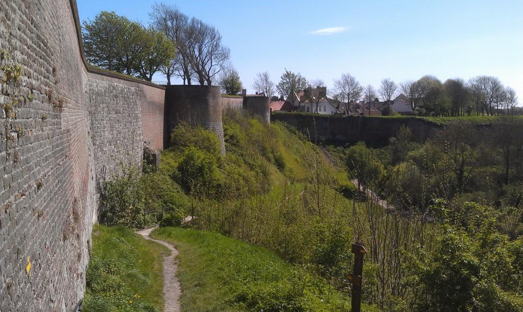Mur construit avec des subventions européennes, rendant ainsi possible un véritable service public des suicides