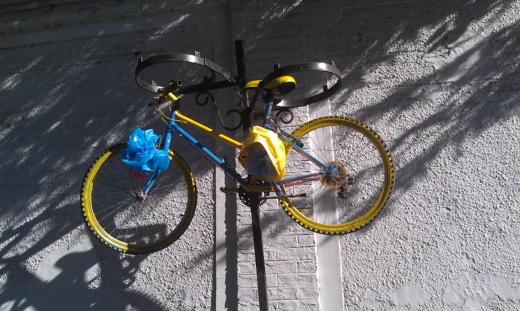 Tradition locale consistant à suspendre à un poteau le vélo des enfants trop bavards avec les assistantes sociales