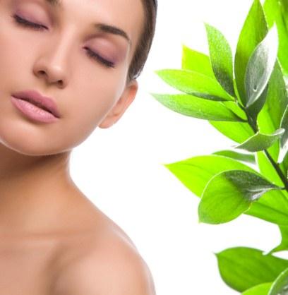 Une femme nue + une plante = cosmétique bio