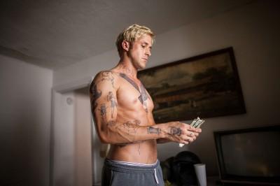 Ryan Gosling, l'étourdi, a encore perdu sa chemise.