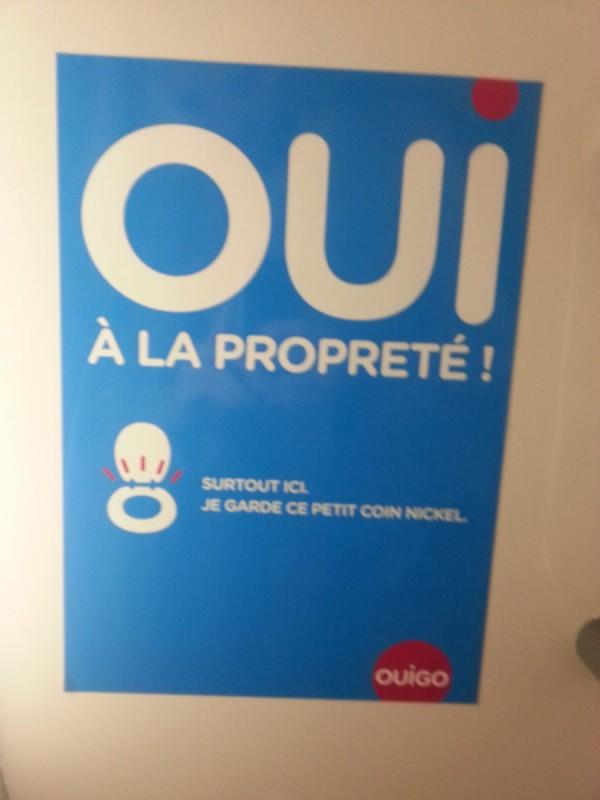Une affichette spéciale Ouigo : ici on ne paie pas assez cher pour chier dans le lavabo. C'est réservé au TGV!