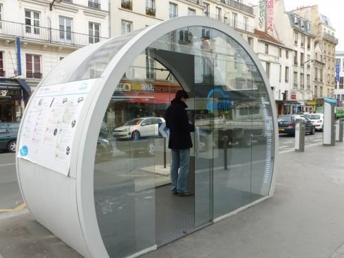 Une station Autolib, hébergement alternatif aux cabines téléphoniques pour nos SDF.