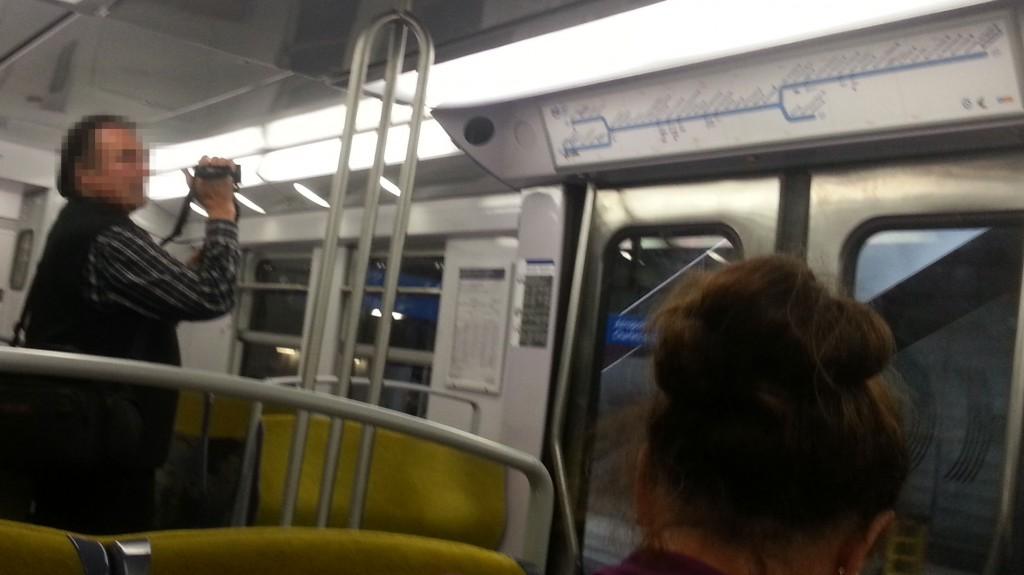Un homme dans le RER B en train de filmer le plan de ligne.