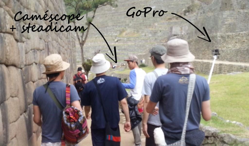 Bande de potes se promenant avec une Gopro et un caméscope qui court devant.