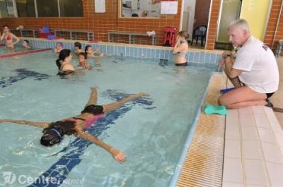 Maitre nageur regardant une noyée.